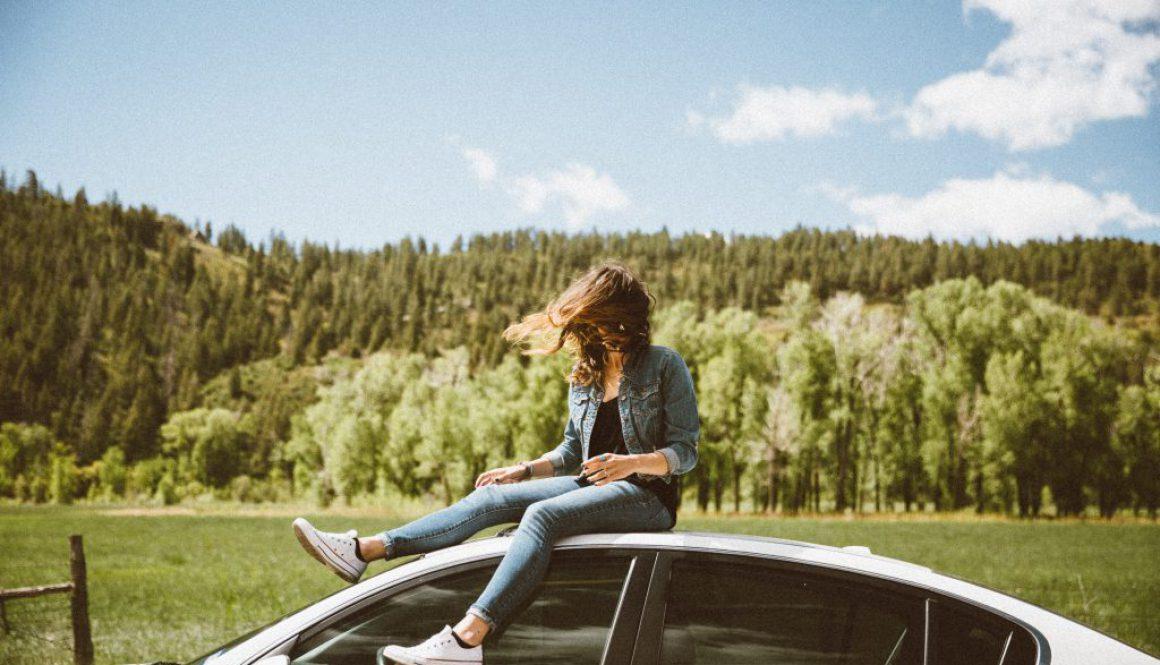 Frau_auf_Auto