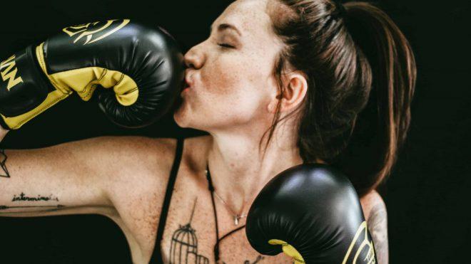 Boxerin_küsst_Handschuh